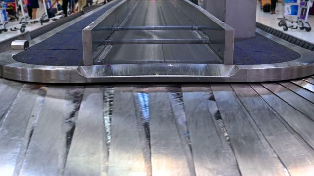 Flughafen-Gepäckwagen stehen neben Gepäck auf Gürtel Passenger Terminal