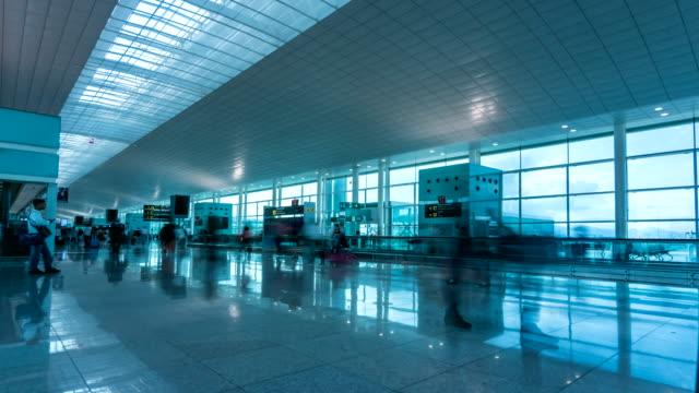 airport of barcelona time lapse - addetto all'accettazione video stock e b–roll
