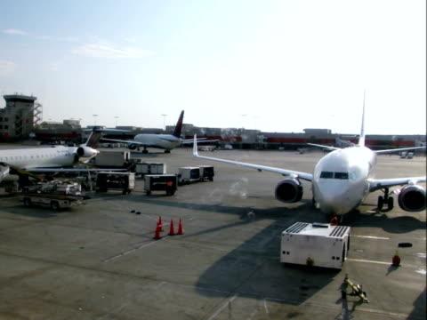 vídeos de stock e filmes b-roll de aeroporto de operações time lapse de movimento rápido - pista de aterragem