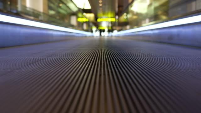 vídeos de stock e filmes b-roll de airport pedestrian walkway - escada rolante