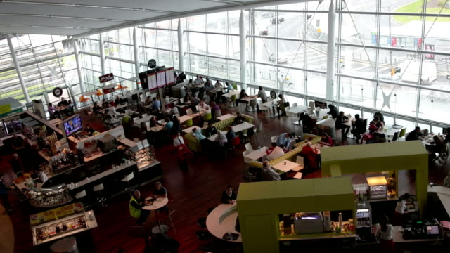 stockvideo's en b-roll-footage met airport restaurant - kantine
