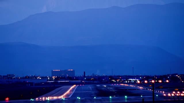 vidéos et rushes de ls t/l airport runway at night and jet aircraft landing / las vegas, nevada, usa - piste d'envol