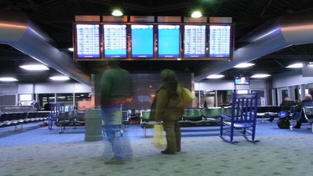 flughafen mit passagiere timelapse-hd-fernsehern - flugpassagier stock-videos und b-roll-filmmaterial