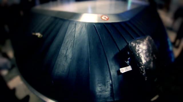 vídeos y material grabado en eventos de stock de terminal de carrusel de equipaje en el aeropuerto - seguridad