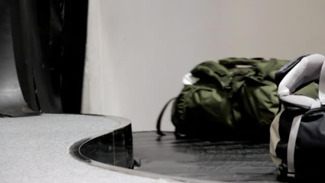 vídeos de stock e filmes b-roll de terminal de aeroporto bagagem. - mala