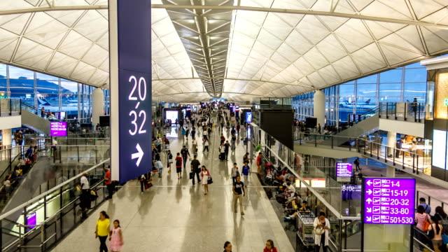 空港ターミナル - 方向標識点の映像素材/bロール