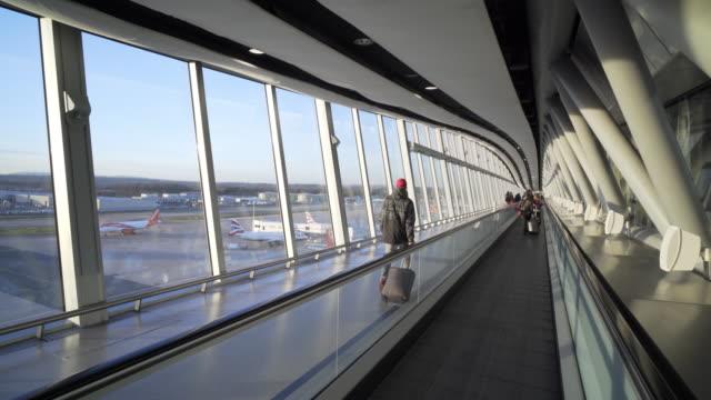 airport terminal - gångväg bildbanksvideor och videomaterial från bakom kulisserna