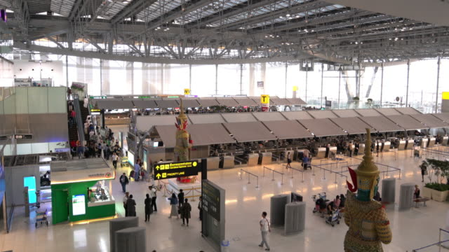 4k vdo : airport travelers people - saturated colour stock videos & royalty-free footage