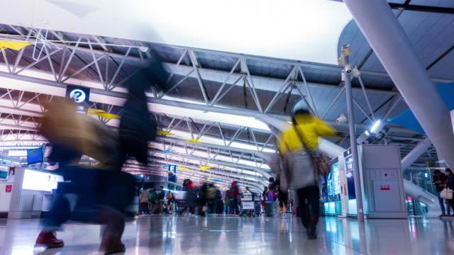 vídeos y material grabado en eventos de stock de los viajeros de aeropuerto de 4 k tiempo transcurrido en el aeropuerto de kansai japón terminal de salida - señal de información