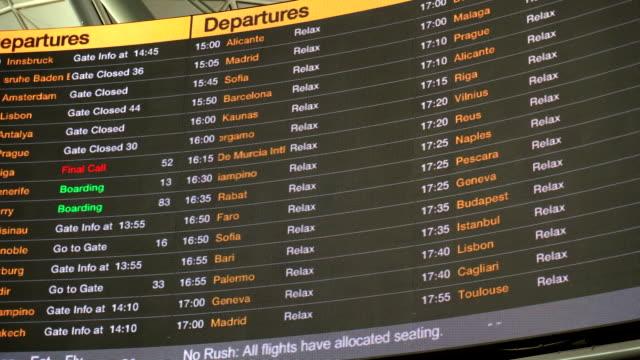 vídeos y material grabado en eventos de stock de aeropuerto - tabla de llegadas y salidas