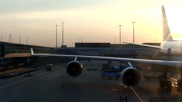stockvideo's en b-roll-footage met airport - crew