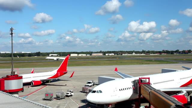 vídeos de stock e filmes b-roll de aeroporto - pista de aterragem