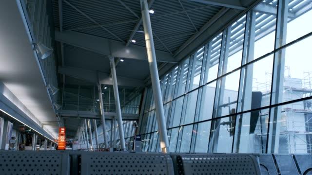vidéos et rushes de l'aéroport en attente - varsovie