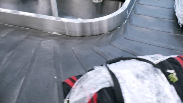 airport waiting - avvolto video stock e b–roll