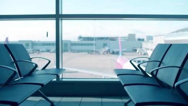 vidéos et rushes de l'aéroport en attente - hall d'accueil