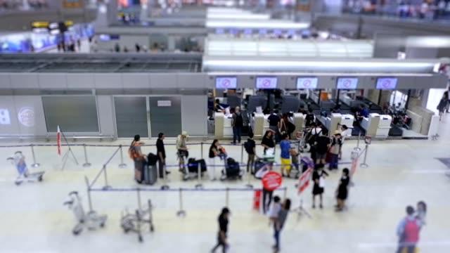 stockvideo's en b-roll-footage met luchthaven: drukke koop een ticket. hd-formaat. - hd format