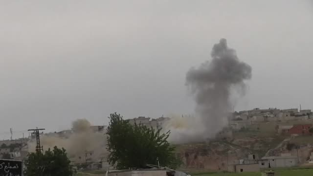 airstrikes in idlib by government forces the last rebel held province in syria - バッシャール・アル=アサド点の映像素材/bロール