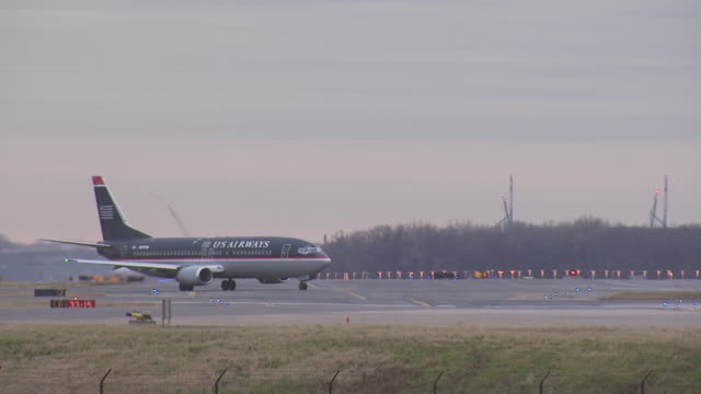us airways boeing 737, dulles airport, virginia, usa - 地上走行点の映像素材/bロール