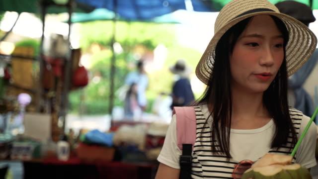 stockvideo's en b-roll-footage met aisa toerist genieten van wandelen op straat markt in thailand. - tourist