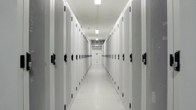 aisle in data center - ネットワークサーバー点の映像素材/bロール