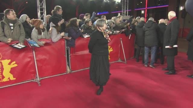 vídeos y material grabado en eventos de stock de aisling walsh at berlin film festival: 'maudie' red carpet at friedrichstadt-palast on february 15, 2017 in berlin, germany. - centro de berlín