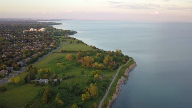 stockvideo's en b-roll-footage met ajax per drone naast lake ontario - ontariomeer