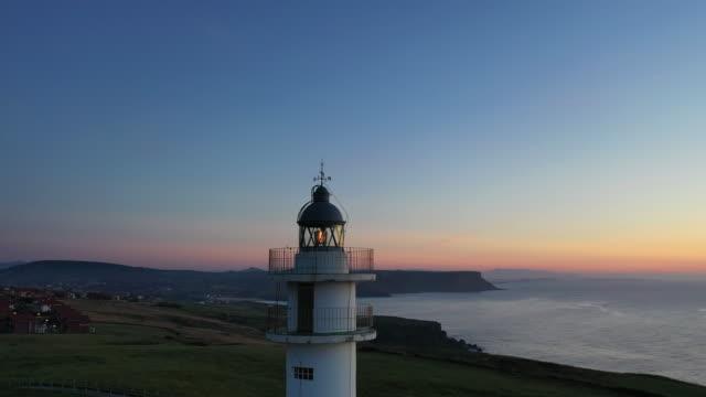 vídeos de stock e filmes b-roll de ajo lighthouse, ajo, bareyo municipality, cantabria, cantabrian sea, spain, europe - farol estrutura construída