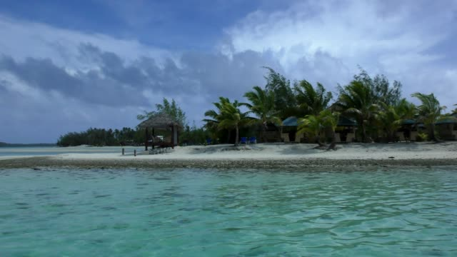 akitua cruise by - aitutaki, cook islands - aitutaki lagoon stock videos & royalty-free footage