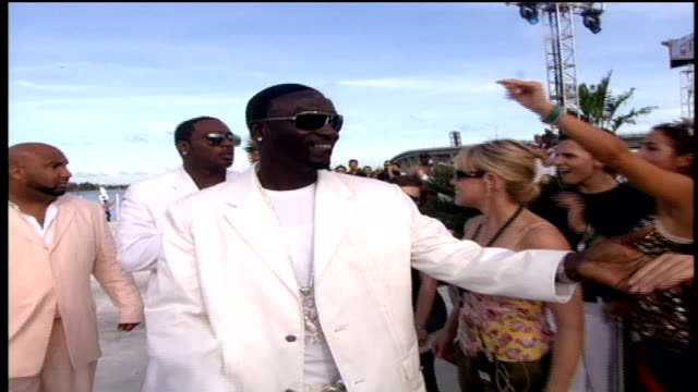 akon walking down the red carpet and interacting with fans. - akon singer stock videos & royalty-free footage