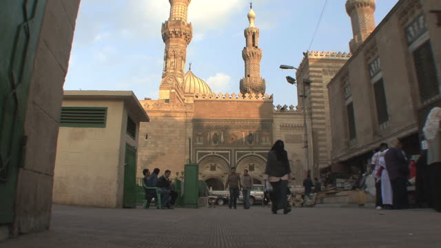 ws la al ahzar mosque at sunset, people walking, cairo, egypt - エジプト点の映像素材/bロール