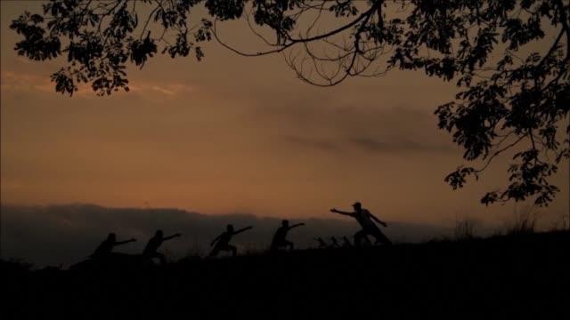 al constatar que ninguna entidad del estado salvadoreno ayudaba a los jovenes con programas deportivos ernesto ramirez valladares decidio fundar una... - aire libre stock-videos und b-roll-filmmaterial