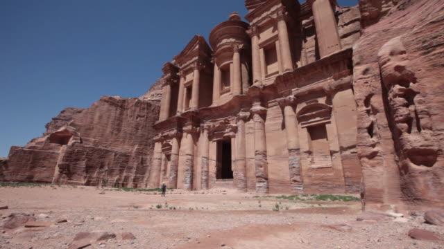 vídeos de stock e filmes b-roll de al deir (monastery) in petra, jordan - petra
