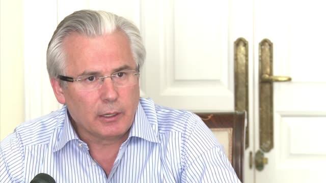 al exjuez espanol baltasar garzon quien lidera como abogado el equipo de defensa de wikileaks y su fundador julian assange le 'preocupa' la... - refugiado stock videos & royalty-free footage