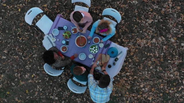 vídeos y material grabado en eventos de stock de comida al aire libre - comida del mediodía