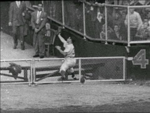 vídeos y material grabado en eventos de stock de al gionfridda catching ball in outfield in yankees vs dodgers game / world series - uniforme de béisbol