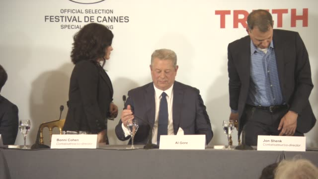 al gore at 'an inconvenient sequel' press conference at palais des festivals on may 22 2017 in cannes france - ドキュメンタリー映画点の映像素材/bロール