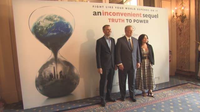al gore bonni cohen jeff skoll jon shenk diane weyermann richard berge at 'an inconvenient sequel' press conference at palais des festivals on may 22... - ドキュメンタリー映画点の映像素材/bロール