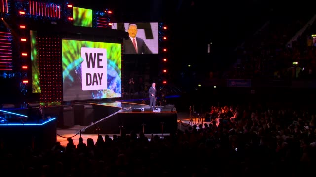 vídeos de stock, filmes e b-roll de interview al gore gives a motivational speech to children at we day uk at wembley arena on march 7 2014 in london england - a. gore