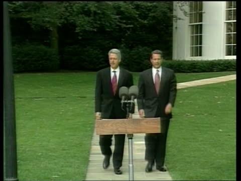 vídeos y material grabado en eventos de stock de al gore towards to podium in garden with us president bill clinton - gore