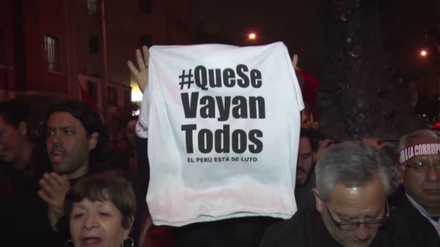 stockvideo's en b-roll-footage met al grito de fuera todos los corruptos miles de peruanos marcharon el jueves en varias ciudades del peru para expresar su indignacion por el escandalo... - peruaanse etniciteit