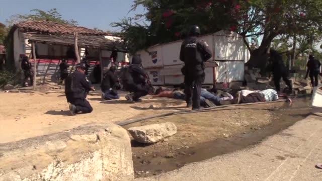 Al menos 11 personas murieron el domingo en enfrentamientos armados entre civiles guardias comunitarios y policias en Acapulco Mexico segun...
