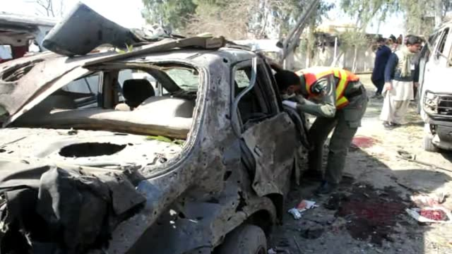 al menos 13 civiles murieron este jueves al estallar una bomba en una parada de autobus en peshawar, en el noroeste de pakistan, no lejos del bastion... - peshawar stock videos & royalty-free footage