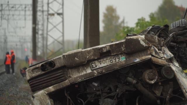 al menos 16 personas murieron este viernes de madrugada en una colision entre un autobus y un tren en la region de vladimir al nordeste de moscu... - train crash stock videos & royalty-free footage