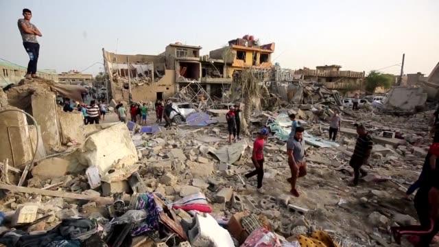 vídeos de stock, filmes e b-roll de al menos 16 personas murieron y unas 30 resultaron heridas en la explosion de un deposito de armas en bagdad que dejo un crater en la tierra a ultima... - irak