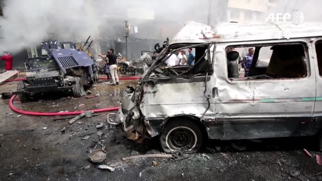 vídeos de stock, filmes e b-roll de al menos 18 personas murieron este jueves y otras 45 resultaron heridas en dos atentados con coche bomba cerca de una base militar y un mercado en la... - irak