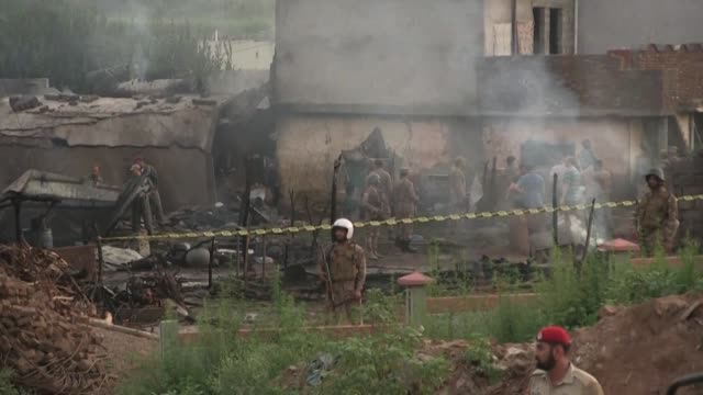 vídeos de stock e filmes b-roll de al menos 18 personasn entre ellas muchos civiles murieron el martes en pakistan cuando un pequeno avion de la fuerza aerea paquistani se estrello en... - avion