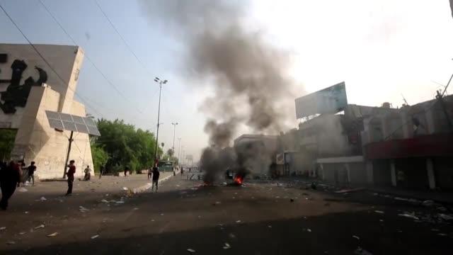 vídeos de stock, filmes e b-roll de al menos 19 personas murieron en irak en tres dias de protestas para reclamar la dimision de los politicos corruptos y mas empleos para los jovenes... - irak