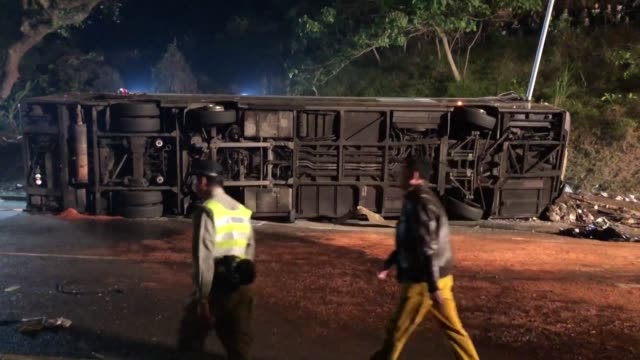 stockvideo's en b-roll-footage met al menos 19 personas murieron y mas de 60 resultaron heridas el sabado en un accidente al volcarse un autobus de dos pisos posiblemente debido a... - transporte