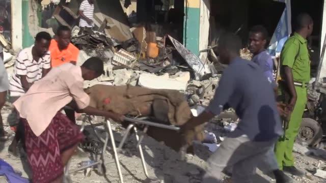 al menos 20 personas murieron el sabado al estallar un camion bomba delante de un hotel en una concurrida arteria de la capital somali mogadiscio - delante de stock videos and b-roll footage