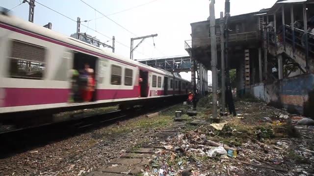 stockvideo's en b-roll-footage met al menos 22 personas murieron el viernes en una estampita en el puente de una estacion de tren de bombay en plena hora pico - puente